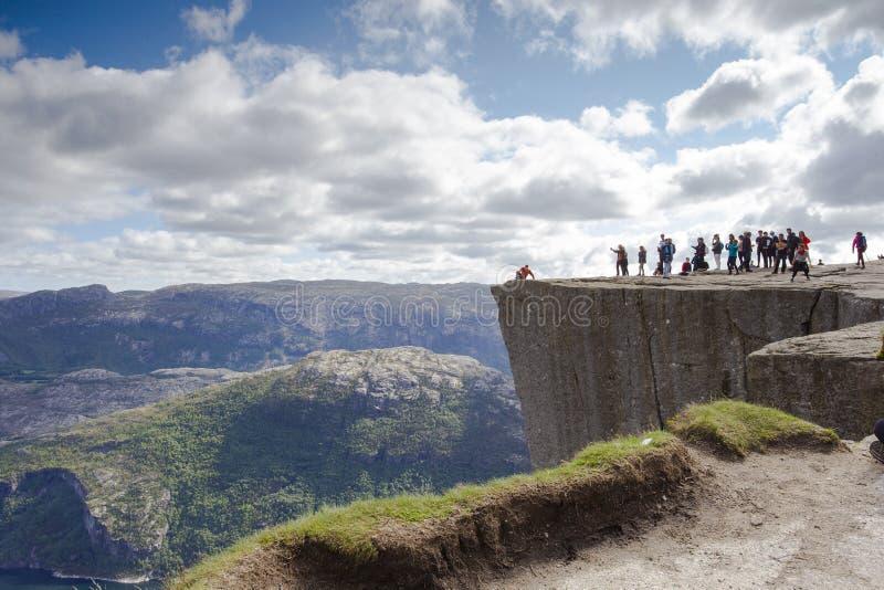 Preikestolen или Prekestolen Утес амвона, известная привлекательность около Ставангера Взгляд на Lysefjord, пеший туризм Норвегии стоковые изображения rf