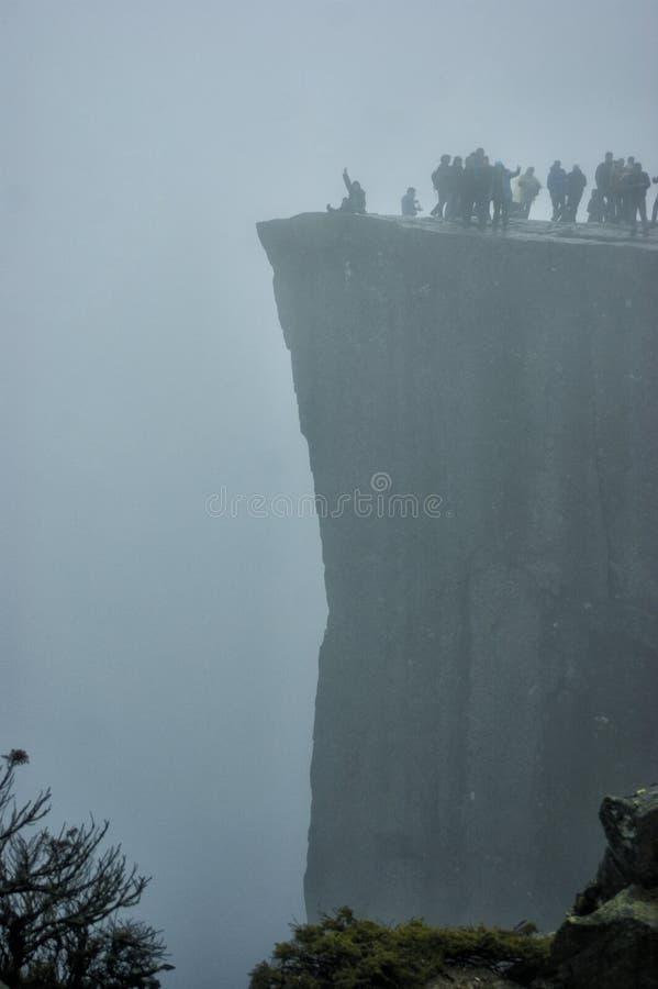 Preikestolen klippa i dimmigt väder royaltyfria bilder