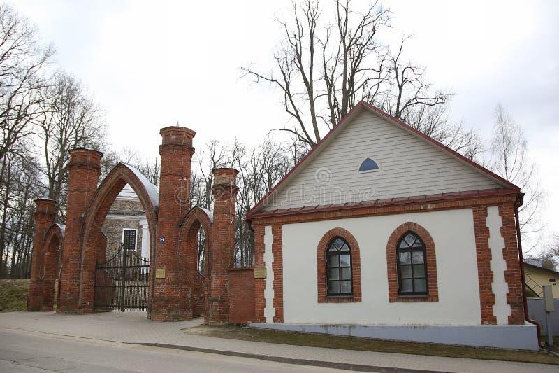 Preili manor Πύλες στο πάρκο στοκ εικόνα