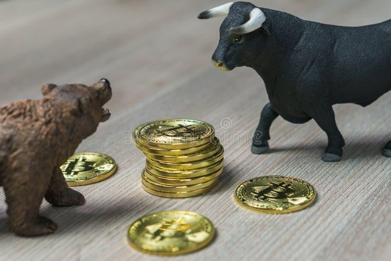 Preis Cryptocurrency Bitcoin mit Bulle und Bär-Tendenzkonzept stockbilder