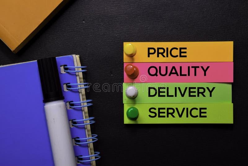 Preis, Qualität, Lieferung, Service-Text auf den klebrigen Anmerkungen lokalisiert auf schwarzem Schreibtisch Mechanismus-Strateg lizenzfreie stockfotos