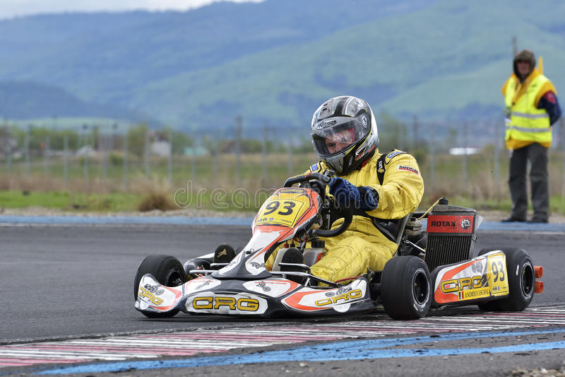 PREJMER, BRASOV, ΡΟΥΜΑΝΊΑ - 3 ΜΑΐΟΥ: Άγνωστοι πιλότοι που ανταγωνίζονται στο εθνικό πρωτάθλημα Dunlop 2015 Karting, στις 3 Μαΐου  στοκ εικόνα