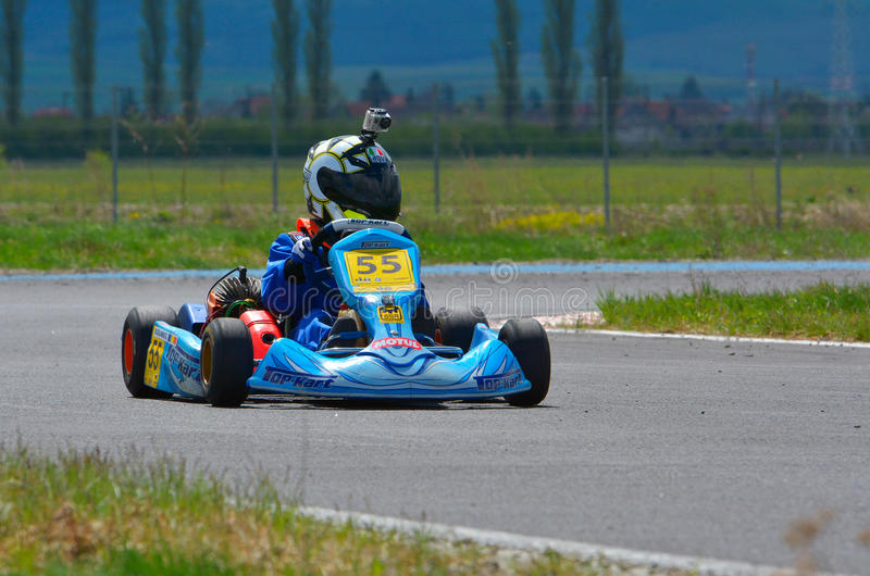 PREJMER, BRASOV, ROUMANIE - 3 MAI : Pilotes inconnus concurrençant dans le championnat national de Karting Dunlop 2015, le 3 mai  images libres de droits