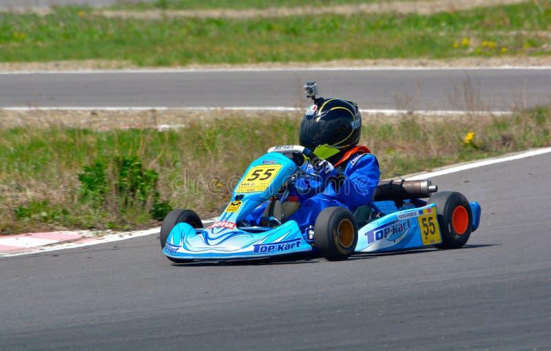 PREJMER, BRASOV, ROUMANIE - 3 MAI : Pilotes inconnus concurrençant dans le championnat national Dunlop 2015 de Karting, image stock