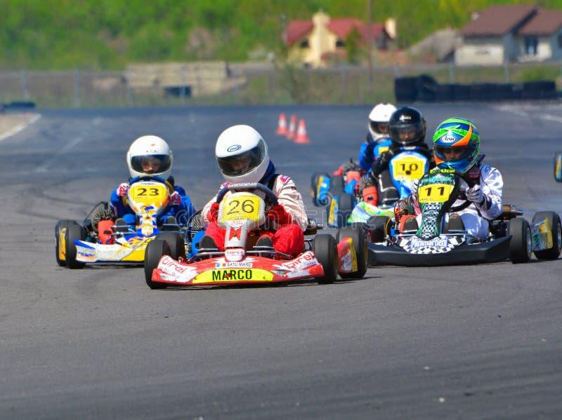 PREJMER, BRASOV, ROUMANIE - 3 MAI : Pilotes inconnus concurrençant dans le championnat national Dunlop 2015 de Karting, photo stock