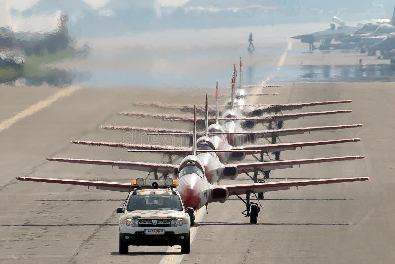 PREJUICIO internacional del salón aeronáutico de Bucarest, equipo aeroacrobacia de la exhibición de Polonia de las chispas rojas  fotos de archivo