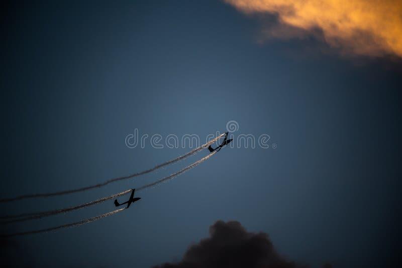 PREJUICIO internacional del salón aeronáutico de Bucarest, silueta aeroacrobacia del equipo del dúo del planeador del aire fotografía de archivo