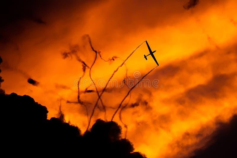 PREJUICIO internacional del salón aeronáutico de Bucarest, silueta aeroacrobacia del equipo del dúo del planeador del aire imagen de archivo libre de regalías