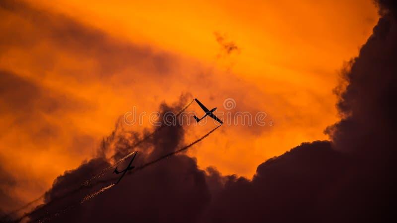PREJUICIO internacional del salón aeronáutico de Bucarest, silueta aeroacrobacia del equipo del dúo del planeador del aire fotos de archivo