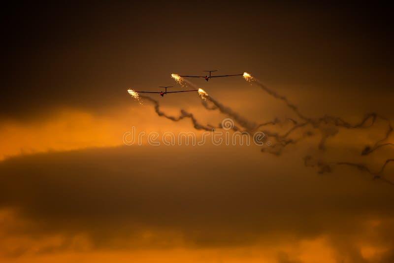 PREJUICIO internacional del salón aeronáutico de Bucarest, silueta aeroacrobacia del equipo del dúo del planeador del aire imágenes de archivo libres de regalías