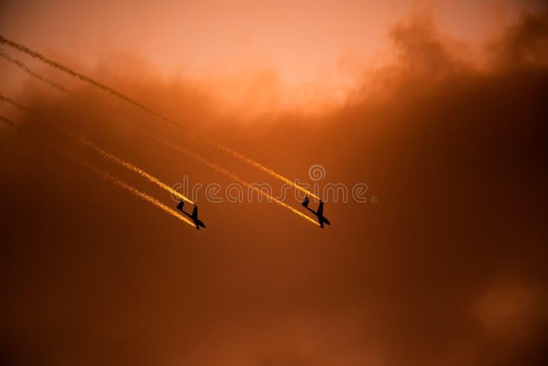 PREJUICIO internacional del salón aeronáutico de Bucarest, silueta aeroacrobacia del equipo del dúo del planeador del aire imagenes de archivo