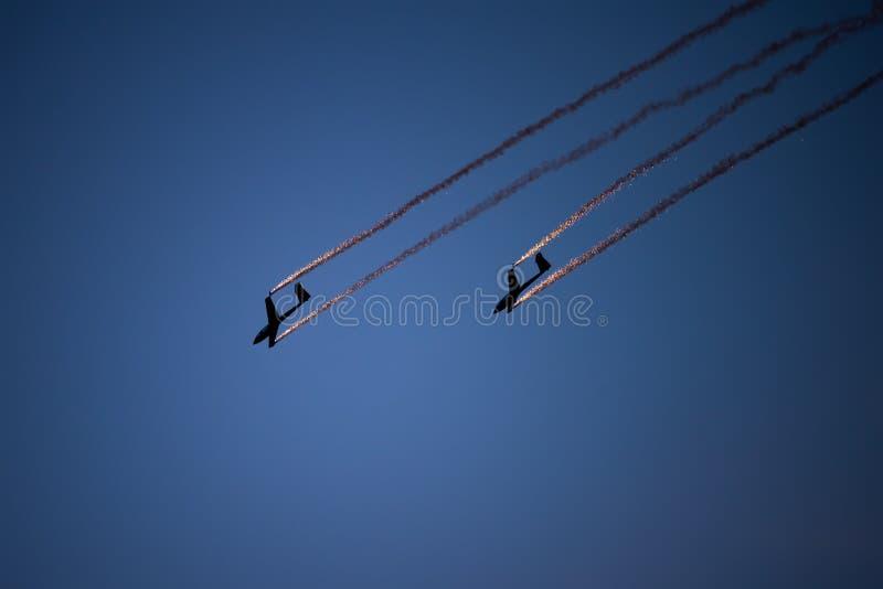 PREJUICIO internacional del salón aeronáutico de Bucarest, silueta aeroacrobacia del equipo del dúo del planeador del aire fotos de archivo libres de regalías