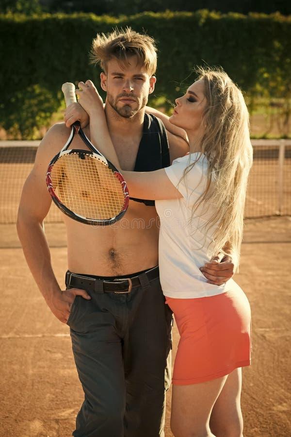 Prelúdio - par no amor Amiga com o noivo do abraço da raquete de tênis fotos de stock