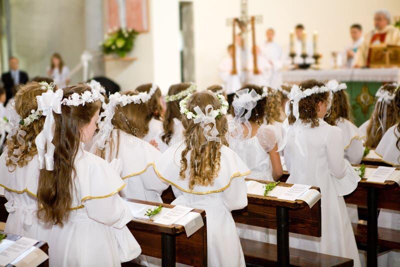 Première communion - église, prêtre image stock