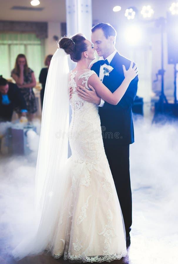 Première danse de mariage des couples de nouveaux mariés dans le restaurant photos libres de droits