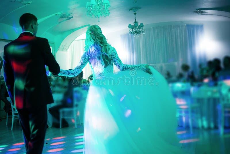 Première danse stupéfiante de mariage sur la fumée lourde La tonalité et la tache floue image stock