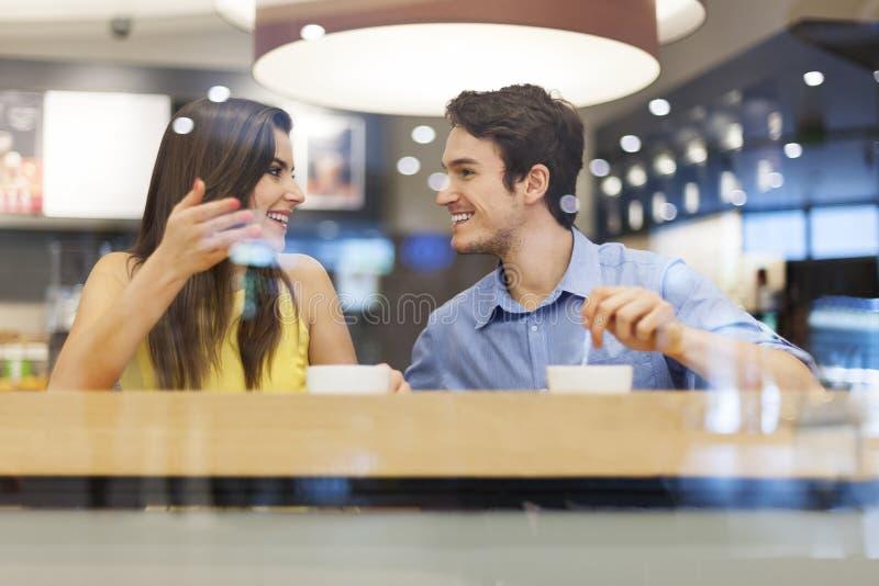 Première date au café images stock