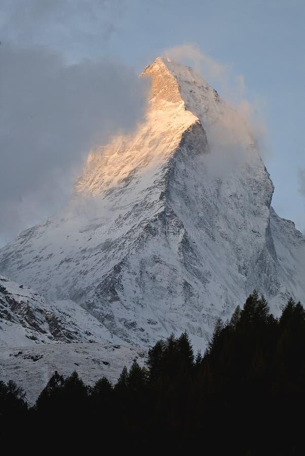 Première lumière sur le Matterhorn images libres de droits