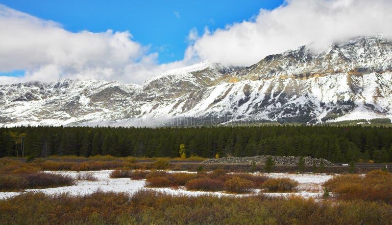 première neige de montagnes image libre de droits