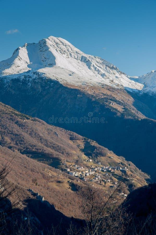 Première neige en montagnes photos libres de droits