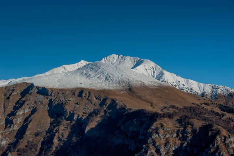 Première neige en montagnes images libres de droits