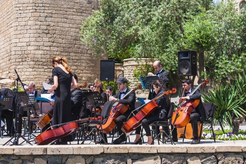 Première tour, Bakou, Azerbaïdjan 19 mai 2017 L'orchestre symphonique exécute la musique dans la place devant la première tour su photographie stock libre de droits