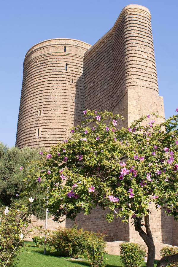 Première tour dans la vieille ville bakou l'azerbaïdjan image stock