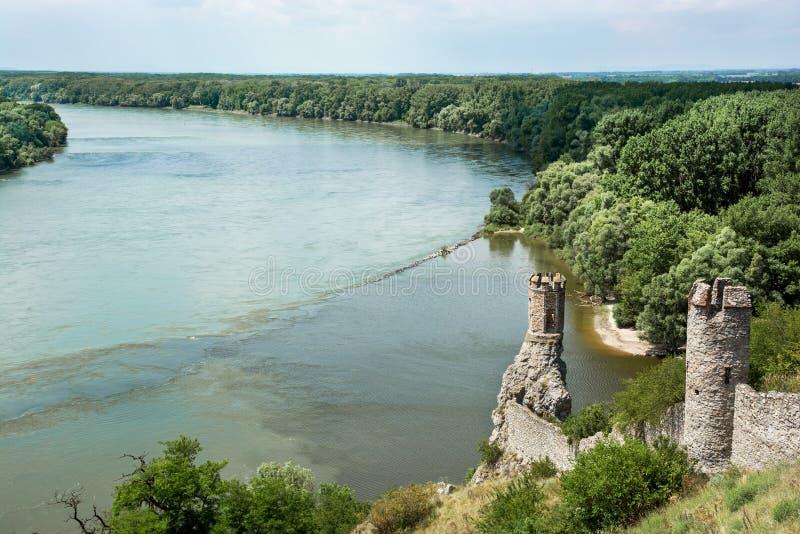 Première tour de château de Devin et confluent du Danube avec M photo stock