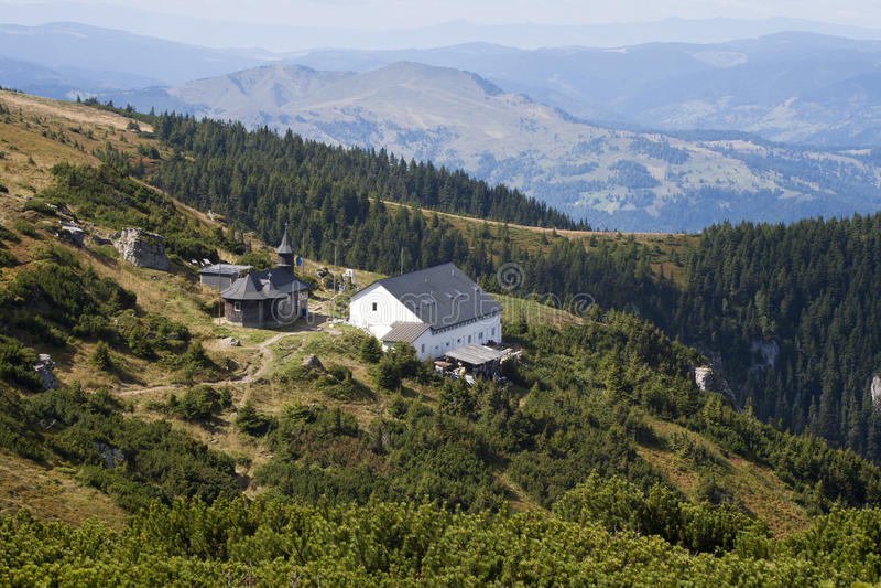 Première vue de montagne à une église un monastir image libre de droits