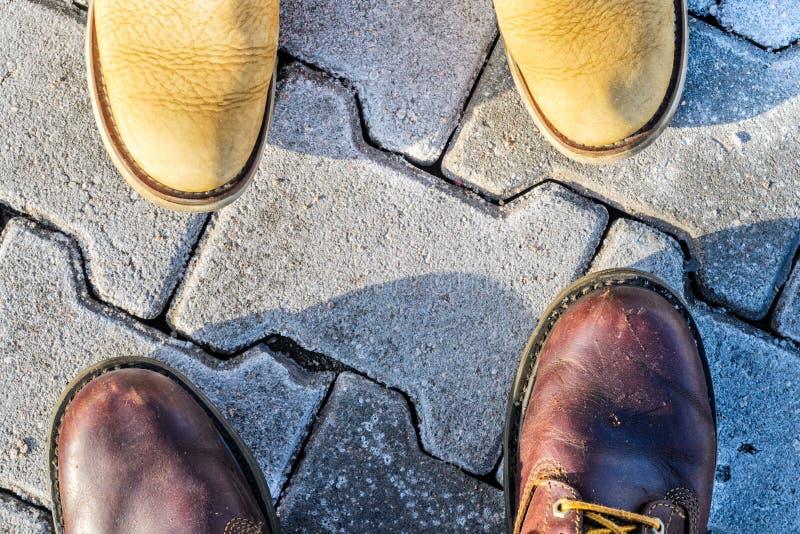 Première vue de personne des chaussures photos stock