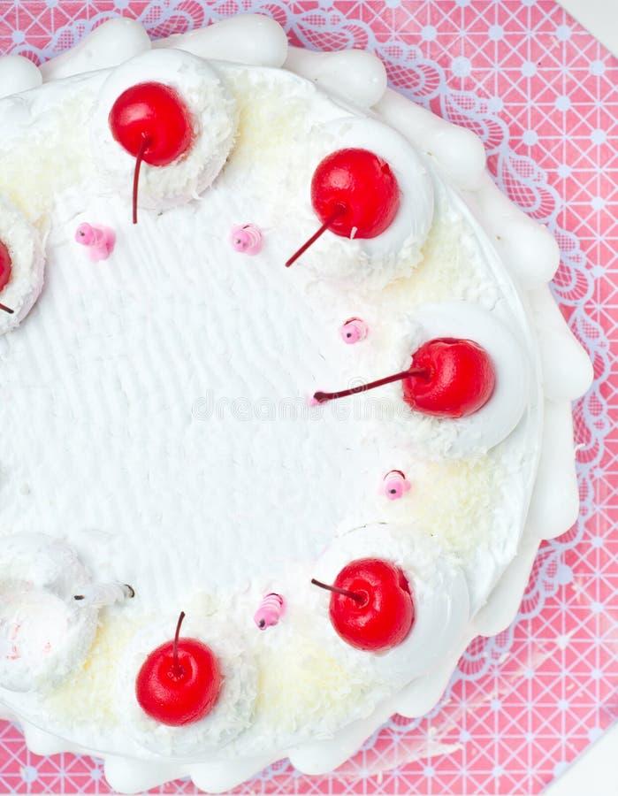 Première vue du gâteau blanc avec l'écrimage de cerise image stock