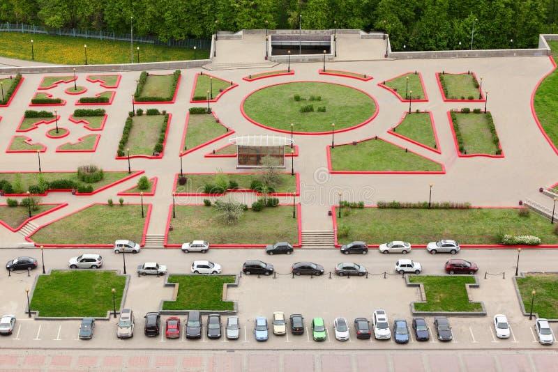 Première vue du stationnement avec les véhicules stationnés photos stock