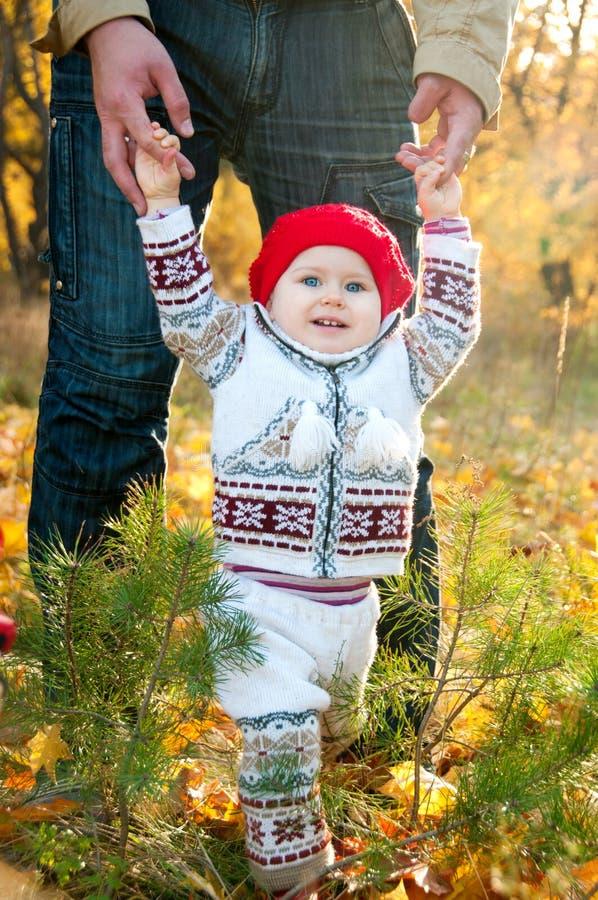 Premières étapes. Petit bébé mignon apprenant à marcher photos stock