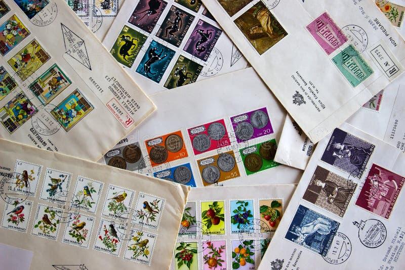 Premières couvertures de jour des timbres d'état du Saint-Marin (Italie) photographie stock