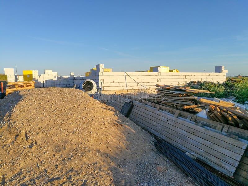 Premières phases de bâtiment une maison Moitié construire le premier étage photographie stock libre de droits