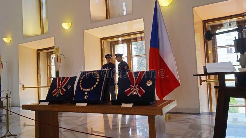 Premi reali d'annata e bandiera della repubblica Ceca nel castello di Praga fotografie stock libere da diritti