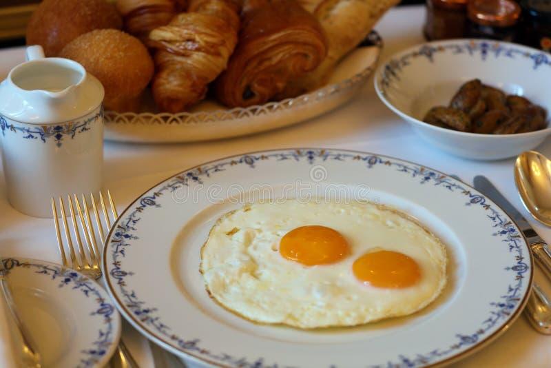 Premie zonnige kant op eieren met zijaardappels, de unieke keuken van het luxeontbijt in VIP gastronomierestaurant royalty-vrije stock foto