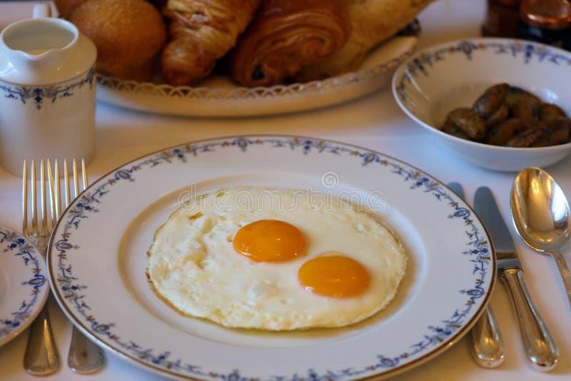 Premie zonnige kant op eieren met zijaardappels, de unieke keuken van het luxeontbijt in VIP gastronomierestaurant stock afbeelding