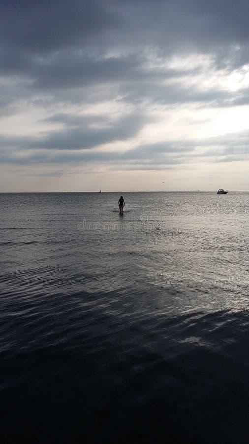 Premier bain du ` s d'été photographie stock libre de droits