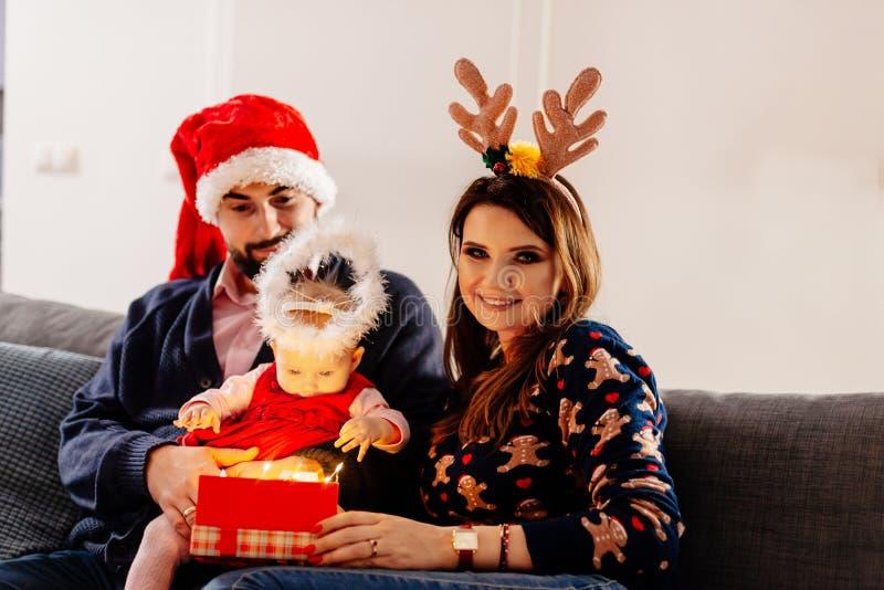 Premier cadeau de Noël de bébé photo libre de droits