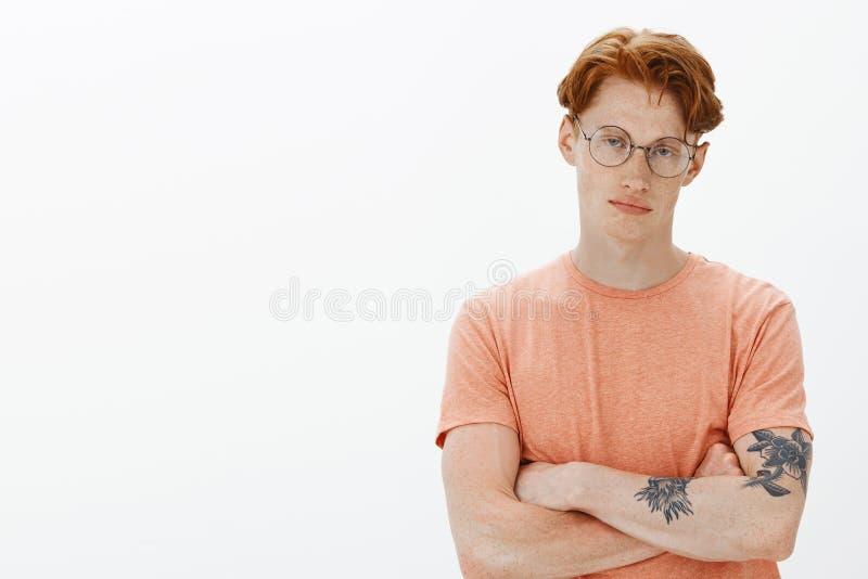 Premier café que l'entretien Portrait jeune de mâle beau fatigué, indifférent et sombre avec des cheveux de gingembre, taches de  photos libres de droits