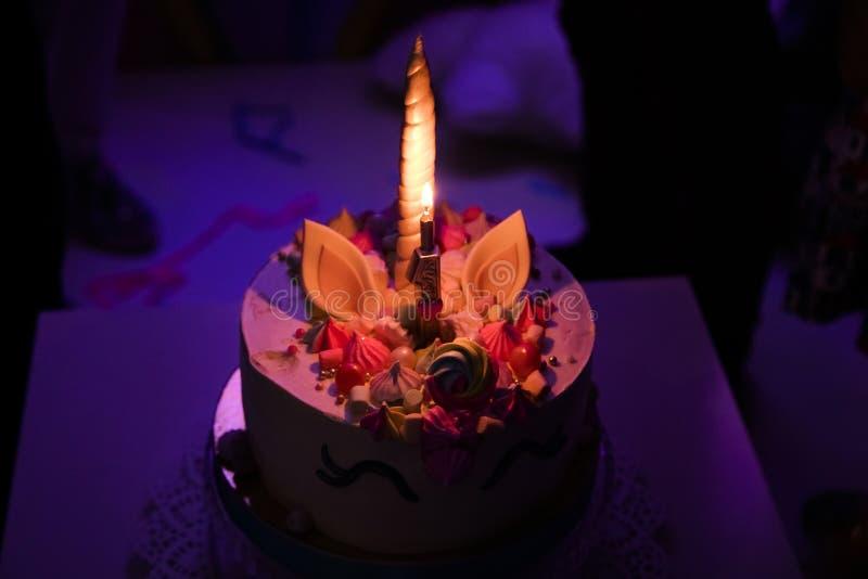 Premier concept de fête d'anniversaire de bébé Friandise avec les gâteaux de licorne et les articles doux de décor dans des coule photographie stock libre de droits