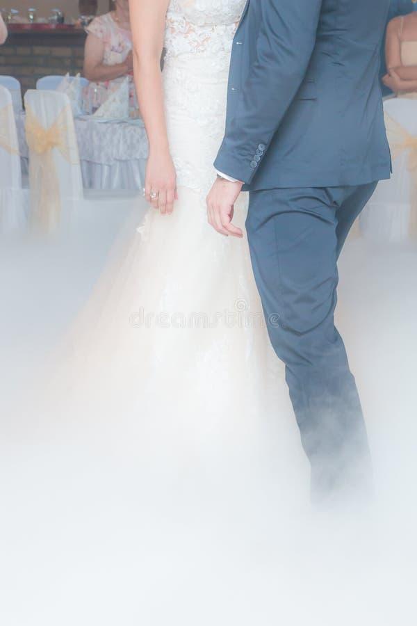 Premier effet de fumée de danse de mariage photos stock