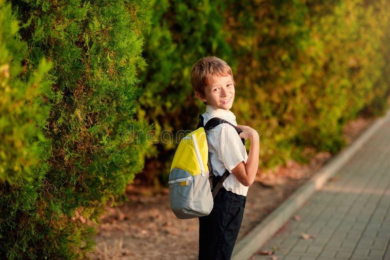Premier jour à l'école Étudiant élémentaire, petits garçons, sac à dos image stock