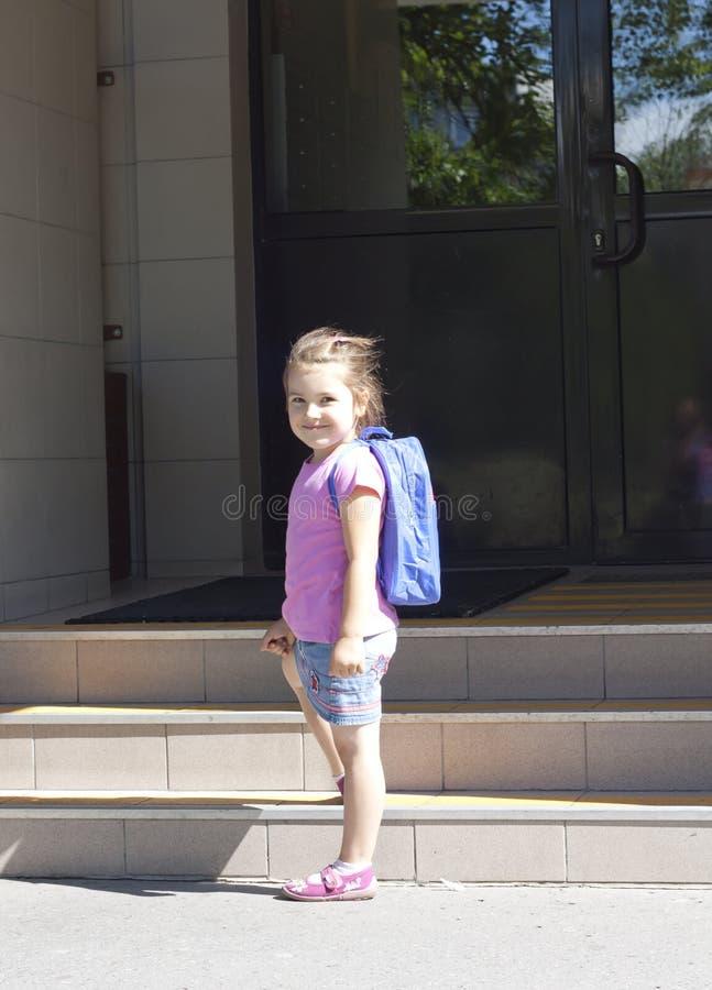 Premier jour d'école et de jeune fille heureuse image stock