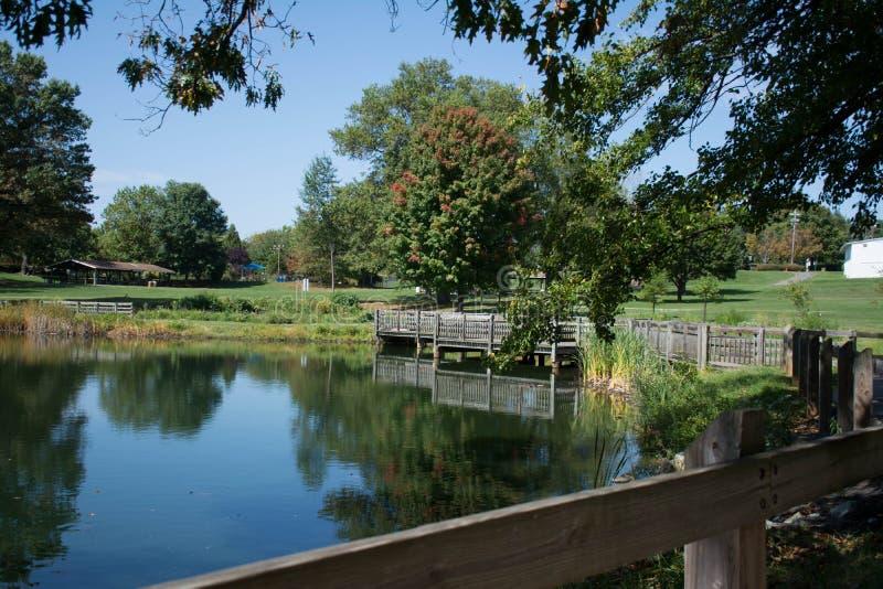 Premier jour d'automne par le lac image libre de droits