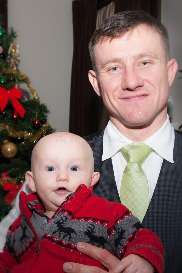 Premier Noël avec le papa image stock