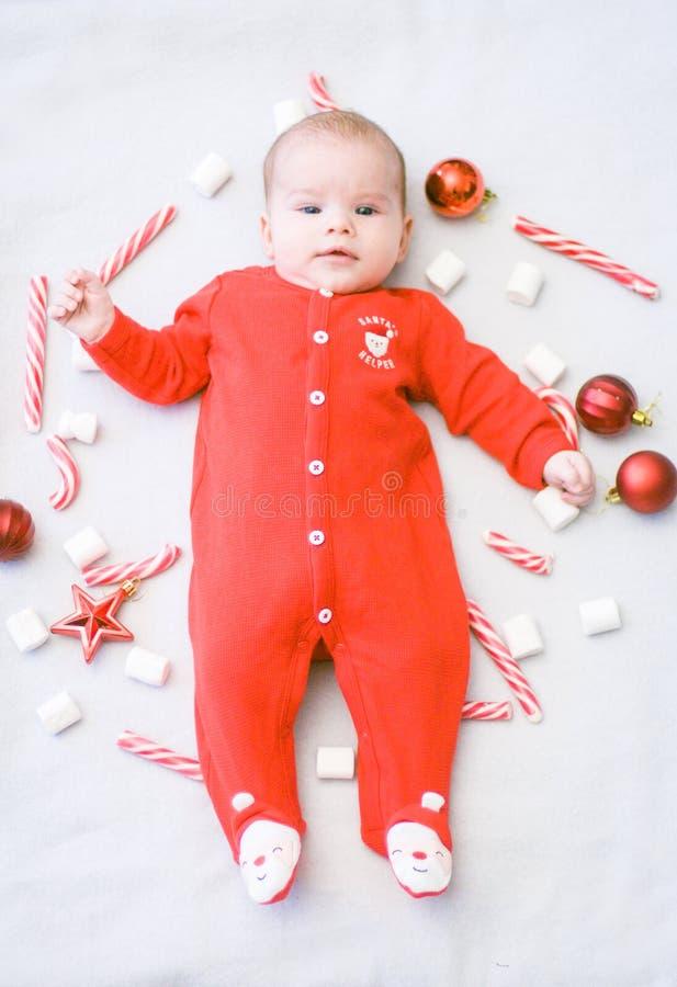 Premier Noël de chéri Le beau petit bébé célèbre Noël Vacances du ` s de nouvelle année Bébé avec la sucrerie et les guimauves de photos libres de droits