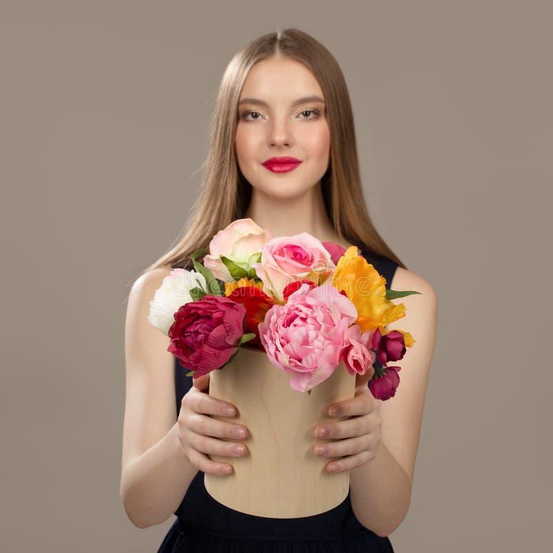 Premier plan de fleurs Une femme tient un panier avec des fleurs Fleurs photos stock