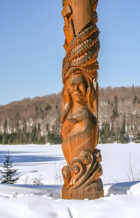 Premier totem de nations en parc de Mont-Tremblant photos stock